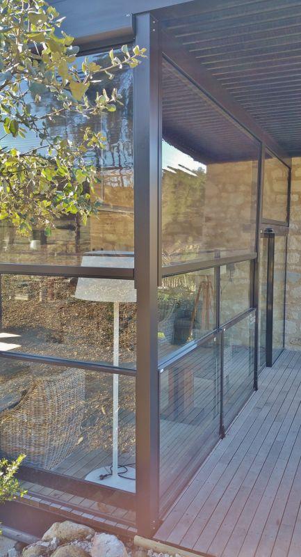 store verticaux sur pergola aluminium dans restaurant baux de provence fermeture de terrasse. Black Bedroom Furniture Sets. Home Design Ideas