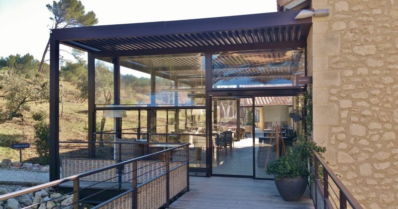store verticaux sur pergola aluminium dans restaurant baux de provence fermeture de terrasse. Black Bedroom Furniture Sets. Home Design Ideas