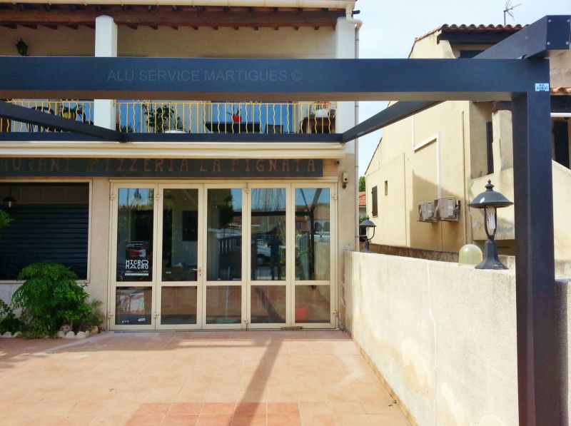 Restaurant la pignata martigues pergola aluminium for Pergola bioclimatique retractable