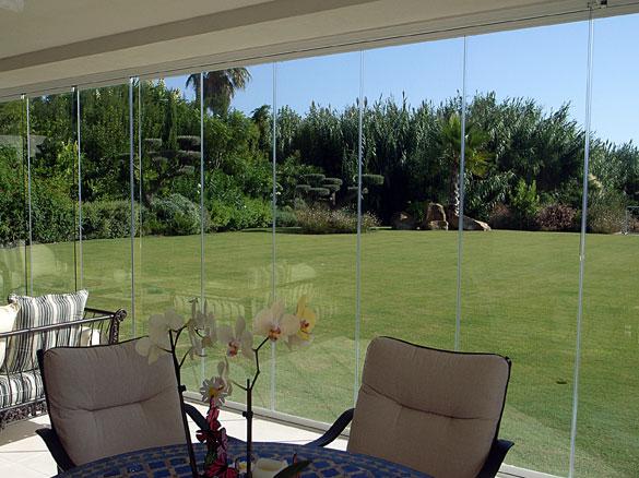 Cloisons de verre repliables panoramiques pour restaurants for Photo fermer une terrasse couverte