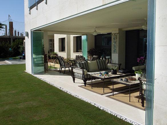 Panneaux de verre repliables panoramiques sur aix en - Photo fermer une terrasse couverte ...