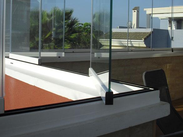cloisons de verre repliables panoramiques questions courantes fermeture de terrasse. Black Bedroom Furniture Sets. Home Design Ideas