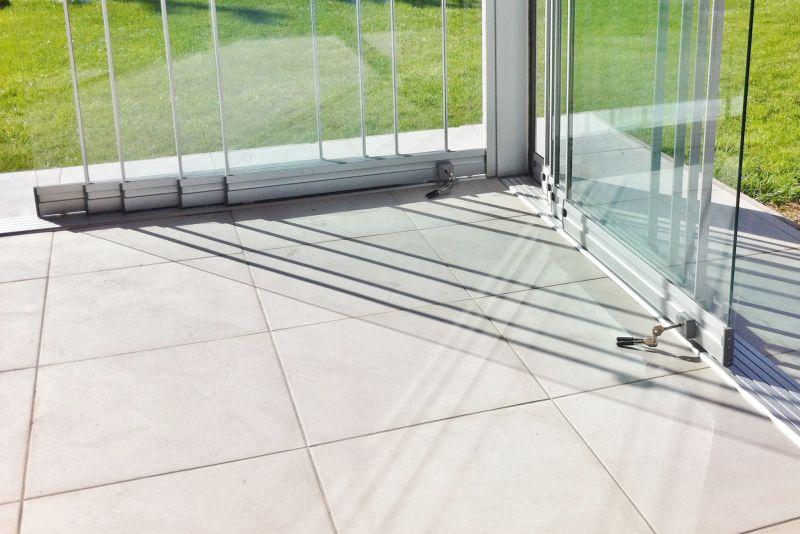 coulissant en verre sans montants verticaux fermeture de terrasse marseille alu service. Black Bedroom Furniture Sets. Home Design Ideas